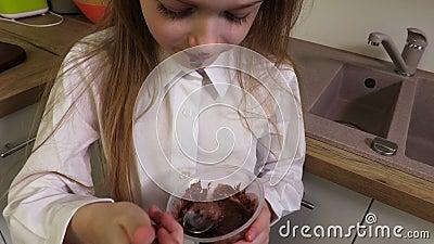 Bambina con il fronte sporco che mangia budino al cioccolato video d archivio