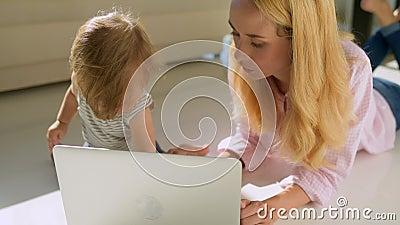 Bambina triste che si siede sul pavimento video d archivio