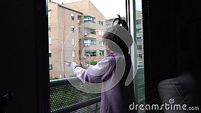 Bambine che applaudono in vetrina a sostegno della gente contro il coronavirus archivi video