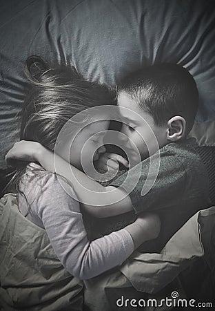 Bambini che dormono insieme alla notte a letto fotografia - Fratello e sorella a letto insieme ...