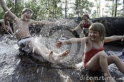 Bambini che giocano in cascata