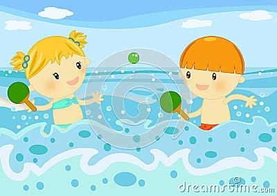Bambini che giocano le racchette nel mare