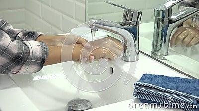 Bambini che lavano le mani in bagno, ragazza che usa sapone e acqua, bambini e auto per la salute stock footage