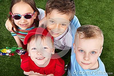 Bambini che osservano in su