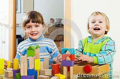 Bambini felici che giocano con i blocchi nella casa - Bambine che cucinano ...