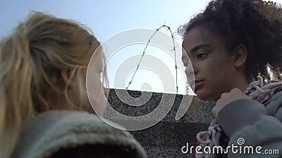 Bambini multirazziali sconvolti dietro il muro con filo spinato, addio prima della fuga video d archivio