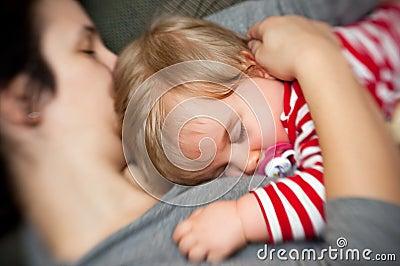 Bambino addormentato della stretta della madre
