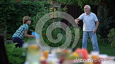 Bambino che gioca il gioco con il nonno, stile di vita attivo del fermo e del tiro, divertendosi stock footage