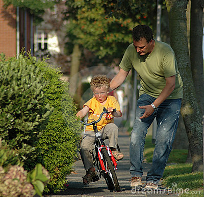 Bambino che impara biking