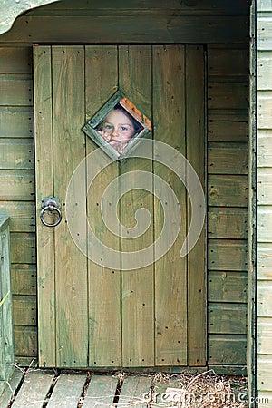 Bambino che osserva attraverso la finestra