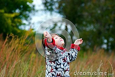 Bambino che osserva in su al cielo