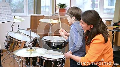 Bambino che studia i tamburi video d archivio