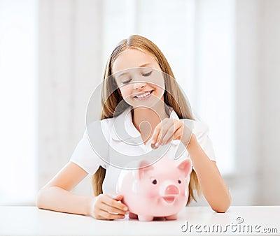 Bambino con il porcellino salvadanaio
