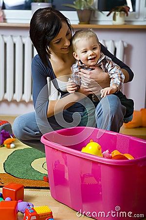 Bambino felice con la madre