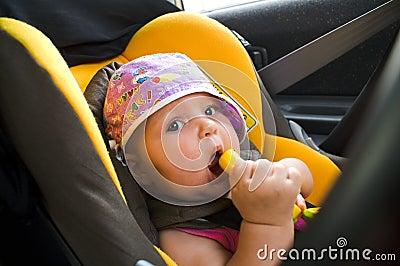 Bambino nella sede di automobile