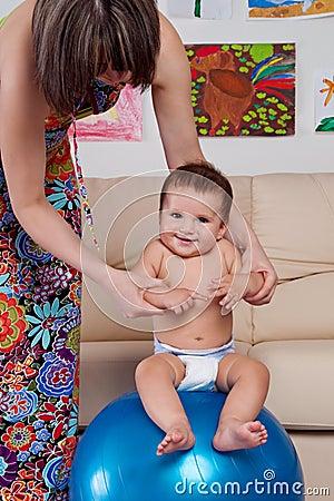 Bambino relativo alla ginnastica e divertimento