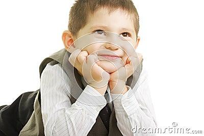 Bambino sorridente che osserva in su