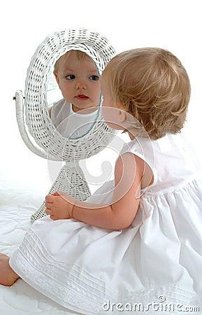Bambino in specchio fotografia stock libera da diritti - Ragazza davanti allo specchio ...