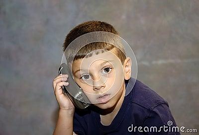 Bambino sul telefono