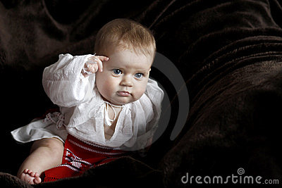 Bambino in vestiti rumeni