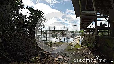 Bamboestructuur langs de kust van het meer wordt gebouwd dat stock video