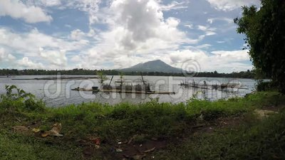 Bamboestructuur langs de kust van het meer wordt gebouwd dat stock videobeelden
