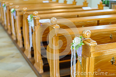 banc d 39 glise en bois avec la d coration photo stock image 38915363. Black Bedroom Furniture Sets. Home Design Ideas