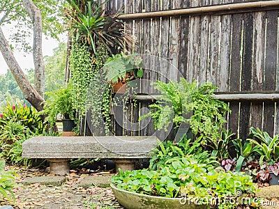 Banc en pierre et vieux mur en bois photo stock image - Banc en pierre ...