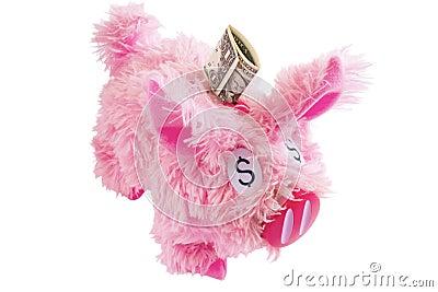 Porcellino salvadanaio simile a pelliccia rosa isolato su bianco