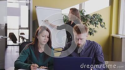 Banco da cidade moderna, casal conversando com o documento de assinatura do conselheiro vídeos de arquivo