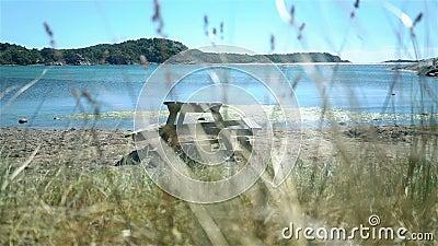 Banco de madeira do piquenique na praia em Noruega video estoque