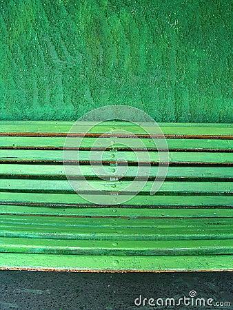 Banco verde su una parete verde