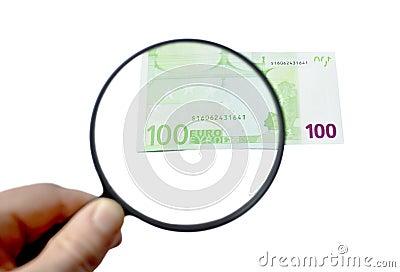 Banconota dell euro 100 sotto la lente d ingrandimento