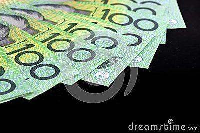Banconote in dollari dell australiano cento sopra il nero