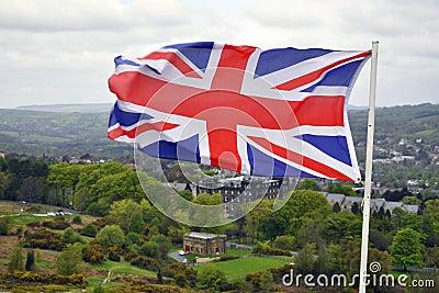 Bandeira de Grâ Bretanha na paisagem britânica do país