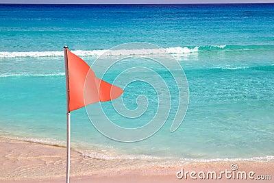 Bandeira vermelha perigosa no sinal do mar da praia