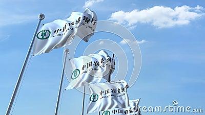 Bandeiras de ondulação com logotipo do Agricultural Bank of China contra o céu, laço sem emenda animação do editorial 4K video estoque
