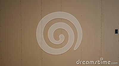 Bandejas da câmera através do drywall resistente do molde no porão inacabado vídeos de arquivo