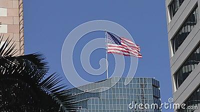Bandera americana de los E.E.U.U. en la ciudad metrajes