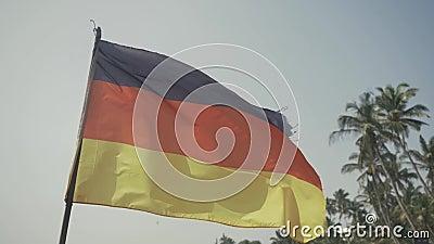 Bandera de Alemania en fondo de la playa cerca del océano almacen de metraje de vídeo