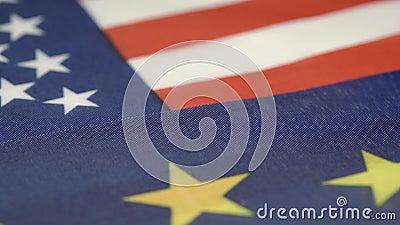Bandera de los Estados Unidos situada junto al símbolo de la Unión Europea metrajes