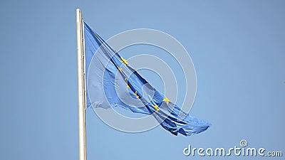 Bandera ondeando la Unión Europea en el asta azul del cielo Bandera de la UE ondeando en el viento Símbolo de las ondas de la UE  almacen de video
