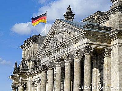 Bandiera della Germania su Reichstag che costruisce Berlino