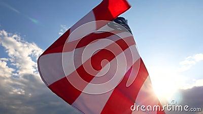 Bandierina degli Stati Uniti d'America Il bianco rosso e blu U La S, A, Stars le bande, volanti con il cielo blu video d archivio