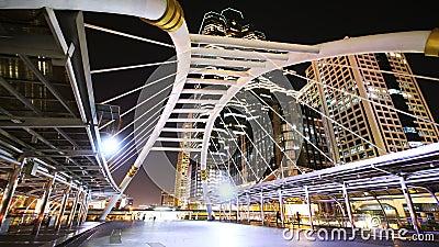 Bangkok im Stadtzentrum gelegen nachts, Sathorn-Brückenschnitt (Bangkok-Markstein) stock footage