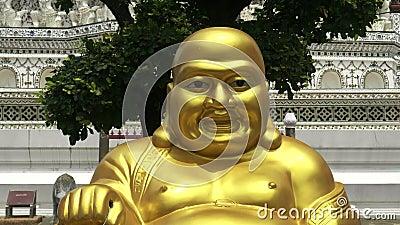 BANGKOK, TAILÂNDIA- 21 DE JUNHO DE 2017: fechamento do budismo dourado sentado em que arun templo em bangkok vídeos de arquivo