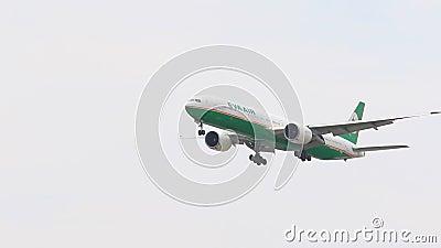 BANGKOK TAILANDIA - JUNE15,2017: acercamiento plano de la línea aérea de Eva para aterrizar al aeropuerto del suvarnabhumi, Eva A almacen de video