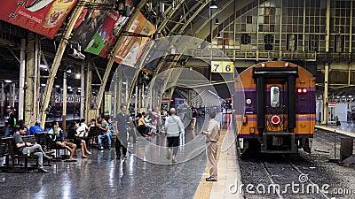 Bangkok Tajlandia, Grudzień, - 4, 2018: Czasu upływ pociągi czeka pasażera przy platformą i odjazdem stacji kolejowej Hua lampa zbiory wideo