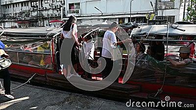 Bangkok, Thaïlande - 3 décembre 2018 : Arrivée de service de bateau de Saen Saep au pilier à Bangkok banque de vidéos