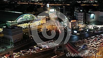 Bangkok Thailand am 8. Oktober 2018 Nachtverkehr am Bangkok-Bahnhof stock footage